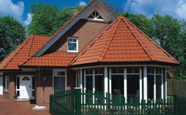 zöld ablakkeretű ház